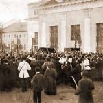 Вынос св. мощей преп. Серафима из церкви свв. Зосимы и Савватия во время всенощной, 18 июля 1903 г., в Успенский собор