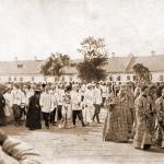 Отбытие Их Императорских Величеств из Сарова. Их Величества, предшествуемые духовенством, идут к св. вратам 20 июля 1903 г.