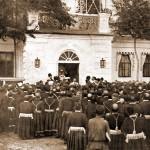 Поднесение Их Императорским Величествам иконы хоругвеносцами 18 июля 1903 г.