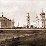 Серафимо-Дивеевский женский монастырь (с левой стороны)- трапезная, приходская церковь, колокольня и собор.